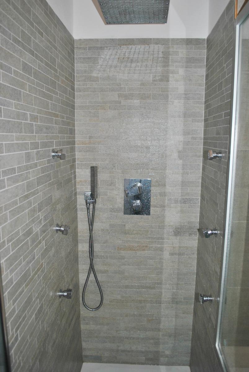 Foto di box doccia in muratura con curve e nicchie risolutive cose di casa with foto di box - Cabina doccia muratura ...