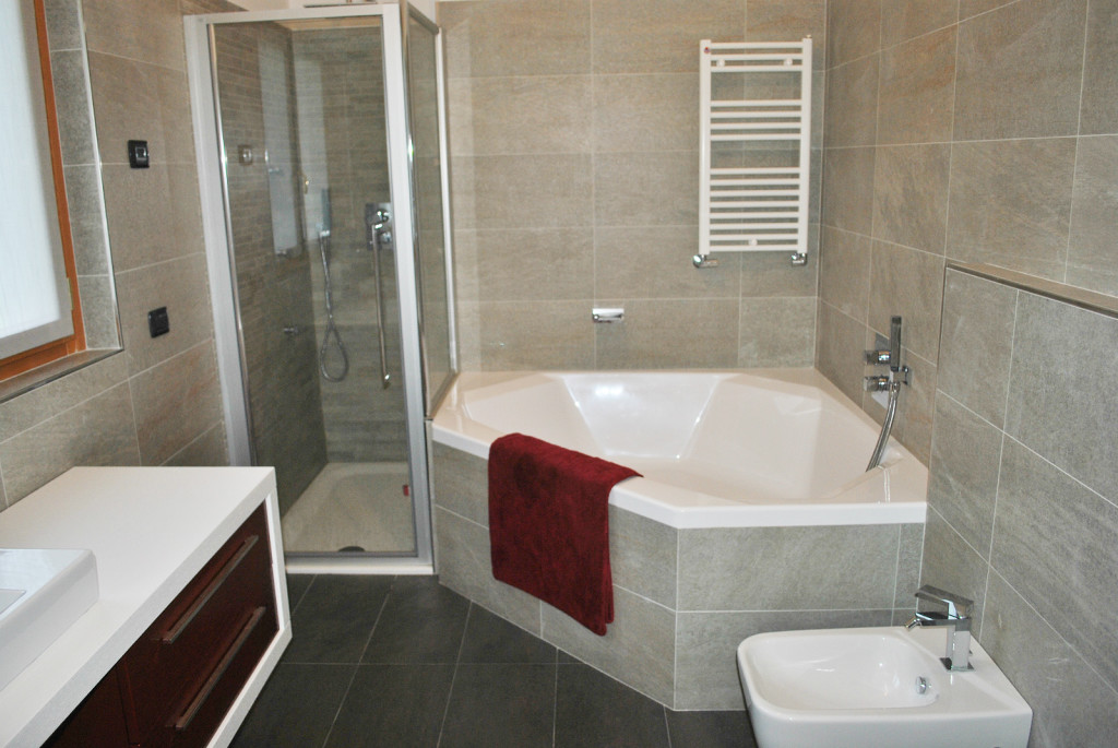 Vasca Da Bagno Sotto Finestra : Vasca sotto finestra affordable thi cng nh tm knh phong thy ti