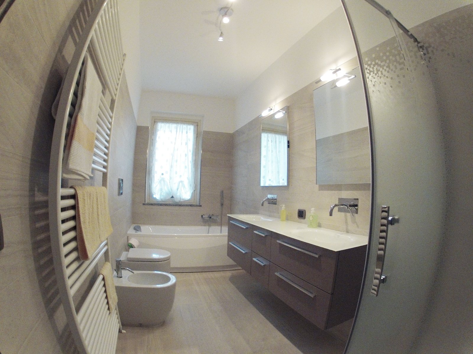 Vasca sotto finestra hu56 regardsdefemmes for Arredo bagno con box doccia
