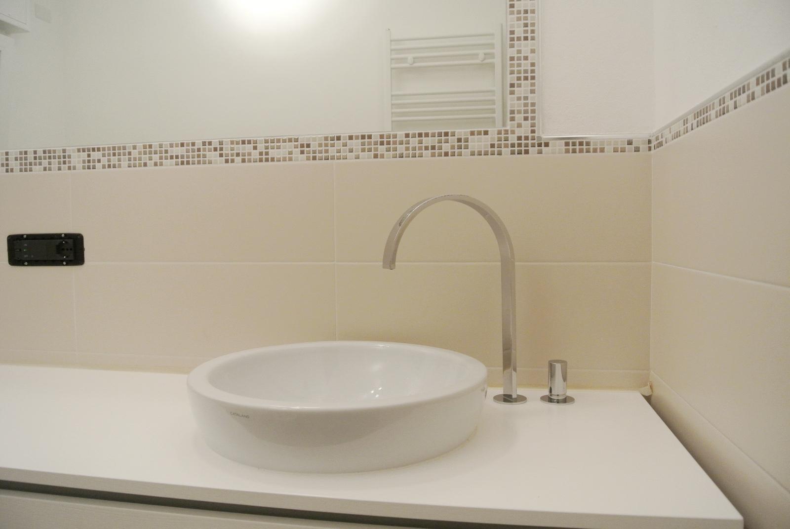 sintesibagno-arredobagno-arredo-bagno-svizzera-mobile-puntotre-lavabo-appoggio-catalano-rubinetteria-arco