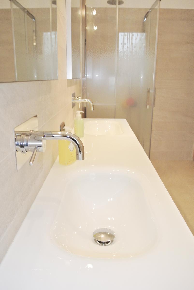 sintesibagno-verbania-arredobagno-mobile-doppio-lavabo-integrato-cristallo-sanitari-a-terra-catalano-puntotre-vasca-calyspo-novellini-piatto-doccia-olimpyc-box-doccia-zephiros-02