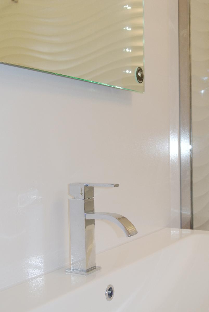 sintesibagno-verbania-canton-ticino-sviezzera-arredobagno-mobile-bagno-rubinetteria-parete-in-cristallo-piatto-doccia-filo-pavimento-03