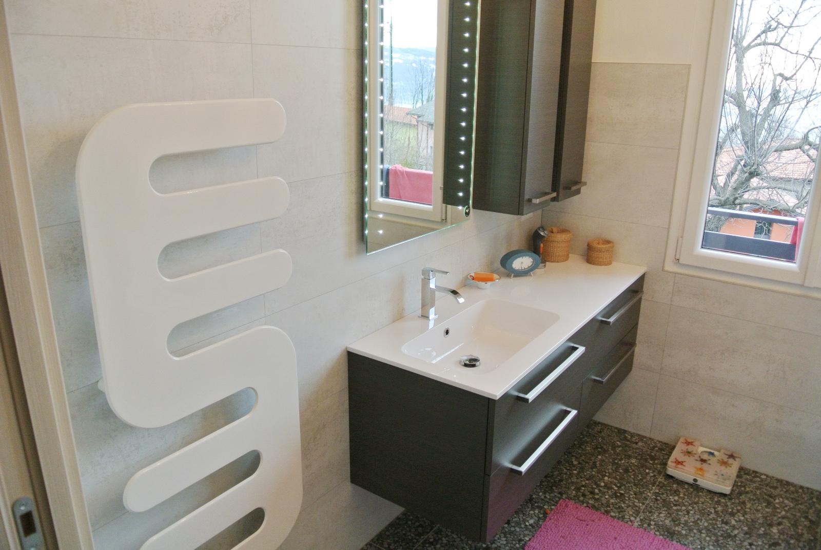 sintesibagno-verbania-canton-ticino-sviezzera-arredobagno-mobile-bagno-rubinetteria-parete-in-cristallo-piatto-doccia-filo-pavimento-radiatore-arredo-specchiera-led-01