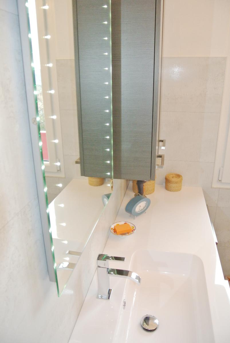 sintesibagno-verbania-canton-ticino-sviezzera-arredobagno-mobile-bagno-rubinetteria-parete-in-cristallo-piatto-doccia-filo-pavimento-radiatore-arredo-specchiera-led-04
