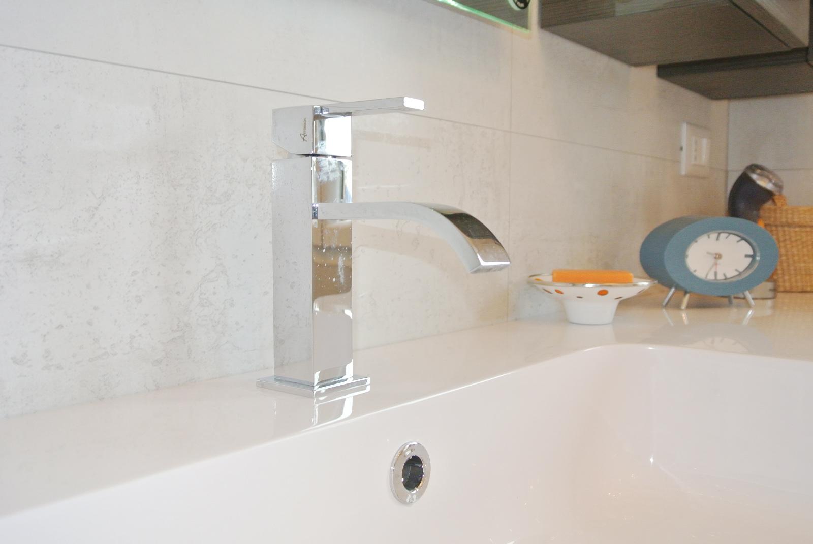 sintesibagno-verbania-canton-ticino-sviezzera-arredobagno-mobile-bagno-rubinetteria-parete-in-cristallo-piatto-doccia-filo-pavimento-radiatore-arredo-specchiera-led-06