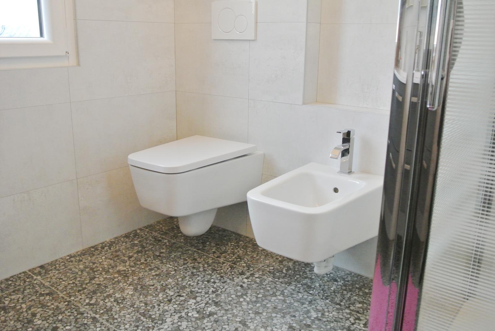 sintesibagno-verbania-canton-ticino-sviezzera-arredobagno-mobile-bagno-rubinetteria-parete-in-cristallo-piatto-doccia-filo-pavimento-radiatore-arredo-specchiera-led-07
