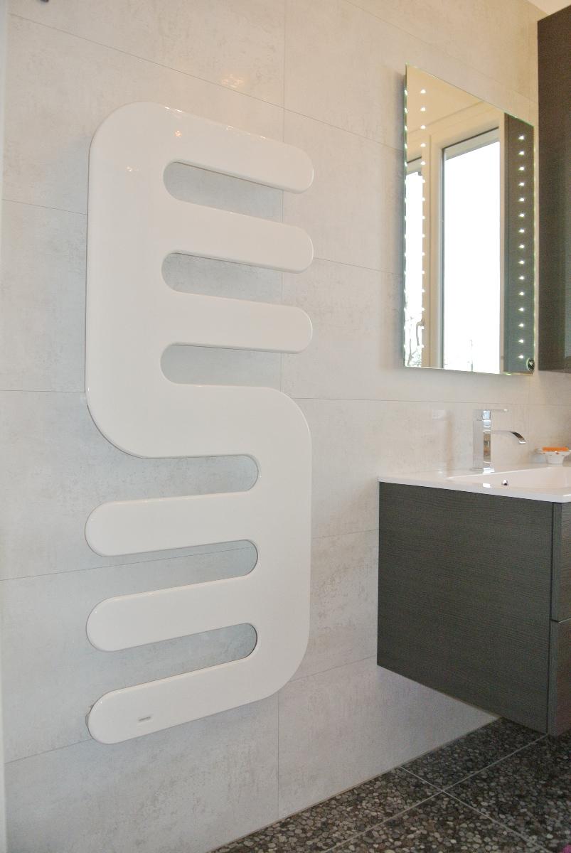 sintesibagno-verbania-canton-ticino-sviezzera-arredobagno-mobile-bagno-rubinetteria-parete-in-cristallo-piatto-doccia-filo-pavimento-radiatore-arredo-specchiera-led