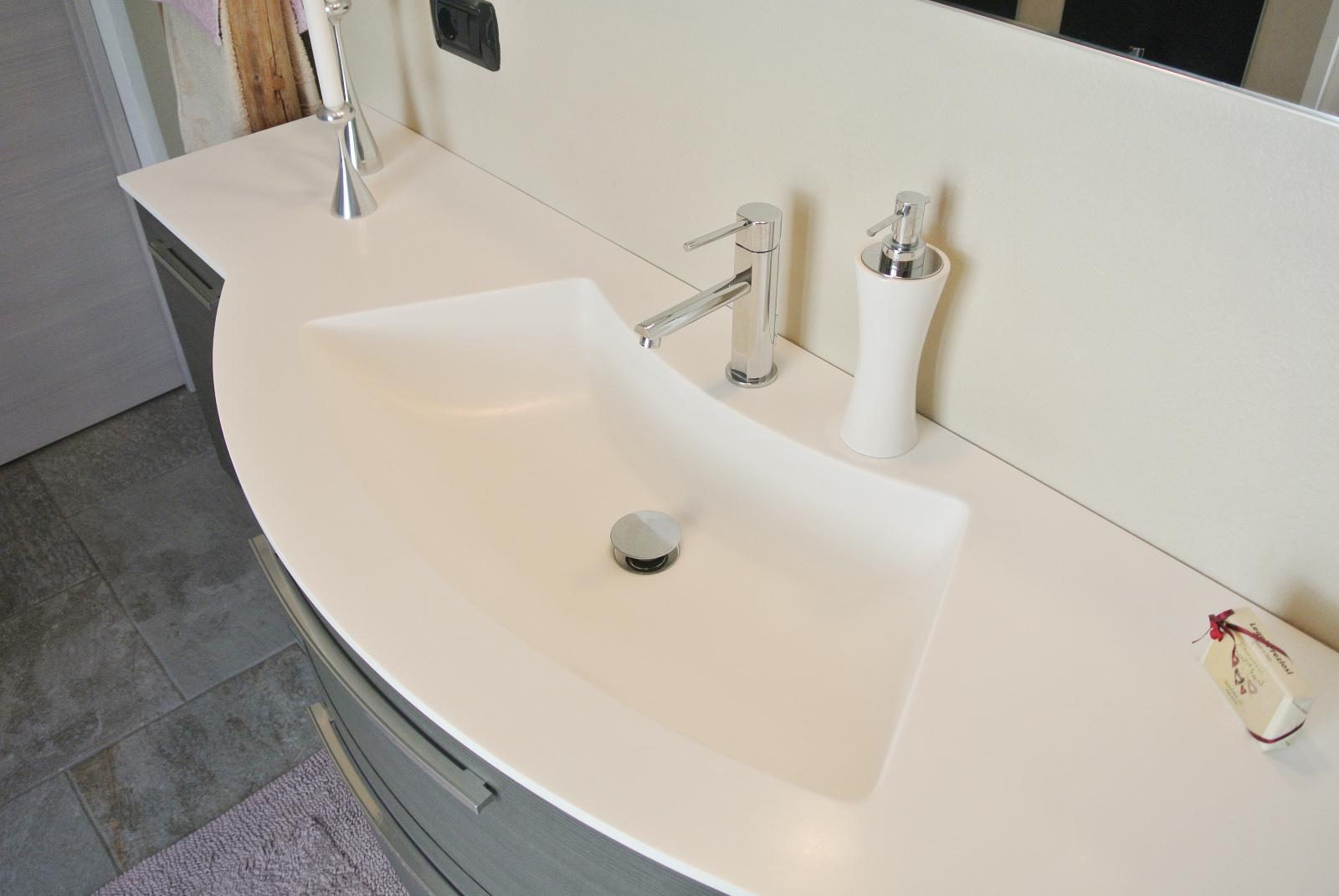 sintesibagno-verbania-lago-maggiore-svizzera-canton-ticino-locarno-ascona-bellinzona-piatto-doccia-grandi-dimensioni-filo-pavimento-dettaglio-lavabo-integrato-corian
