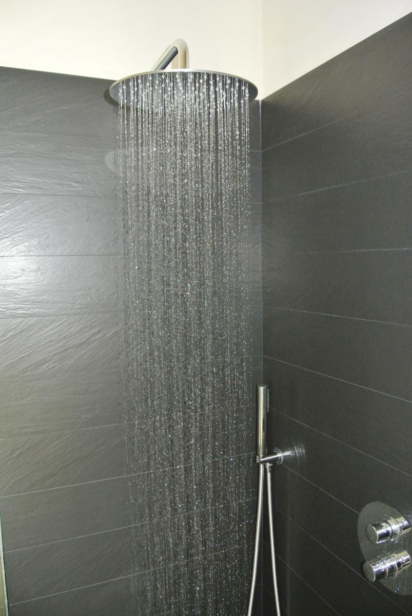 sintesibagno-verbania-lago-maggiore-svizzera-canton-ticino-locarno-ascona-bellinzona-piatto-doccia-grandi-dimensioni-filo-pavimento-kit-doccia-due-vie-termostatico-acqua