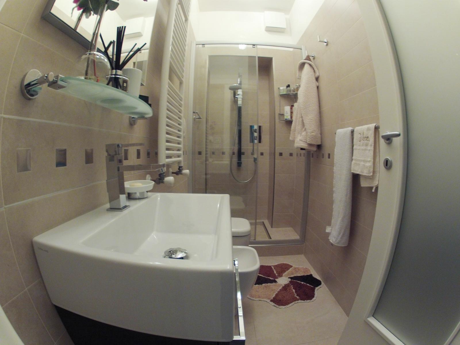 Arredare bagno piccolo e stretto lx05 pineglen - Arredo bagno verbania ...